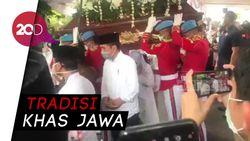 Jokowi Lepas Jenazah Ibunda dengan Tradisi Brobosan