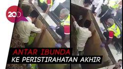 Haru! Momen Jokowi Turun ke Liang Lahat Makamkan Sang Ibunda