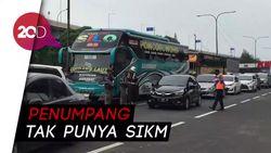 Saat Bus Berpenumpang Diputar Balik di Tol Cikampek