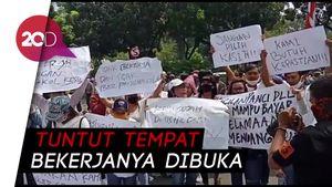 Pekerja Tempat Hiburan Malam Demo di Balai Kota DKI Jakarta