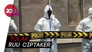 Dijaga Polisi Ber-APD, Buruh Demo Tolak Omnibus Law di DPR