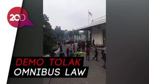Massa Demo Ricuh Terobos Balai Kota DKI Jakarta
