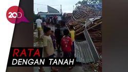 Penampakan Rumah Ambruk Akibat Puting Beliung di Bekasi Utara