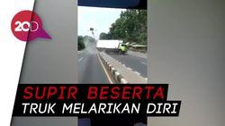 Truk Boks Gagal Menanjak Lalu Mundur, Tabrak Lampu Jalan di Jateng