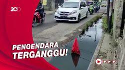 Awas! Jalan Caman Raya Bekasi Rusak, Campur Air Selokan