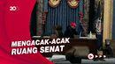 Momen Perusuh Capitol Masuk ke Ruang Senat, Duduki Kursi Wapres AS