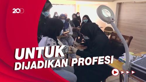 Saat Wanita Konservatif di Irak Belajar Membuat Tato