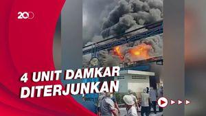 Ganasnya Api Lahap Gudang Pabrik Indofood di Tangerang