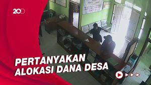 Terekam CCTV! Pria Ngaku Wartawan Ngamuk di Kantor Desa di Tasik