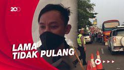 Cerita Pemotor di Pos Penyekatan Karawang-Bekasi, Ingin Mudik Usai Di-PHK