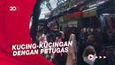 Sempat Bubar Saat Ada Petugas, PKL Pasar Tanah Abang Jualan Lagi