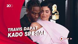 Kemesraan Kylie Jenner dan Travis Scott di Hari Ayah