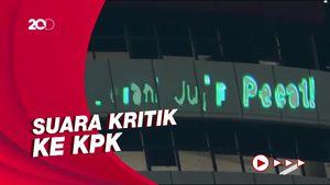 Penampakan Laser Bertulis Berani Jujur Pecat di Gedung KPK