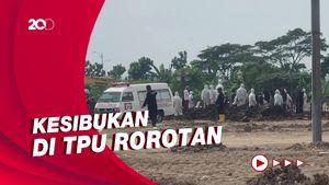 Melihat Hilir Mudik Ambulans Jenazah di TPU Rorotan