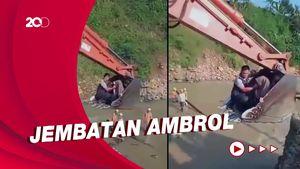 Momen Ibu & Bayi Diangkut Ekskavator Imbas Jembatan di Lebak Putus