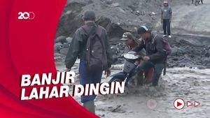 Momen Warga Nekat Terobos Banjir Lahar Dingin Semeru