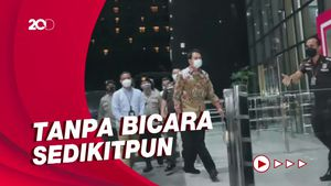 Momen Azis Syamsuddin Melengos Saat Tiba di KPK
