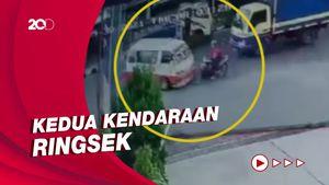 Terekam CCTV, Tabrakan Pemotor vs Mobil Angkot di Tasikmalaya!